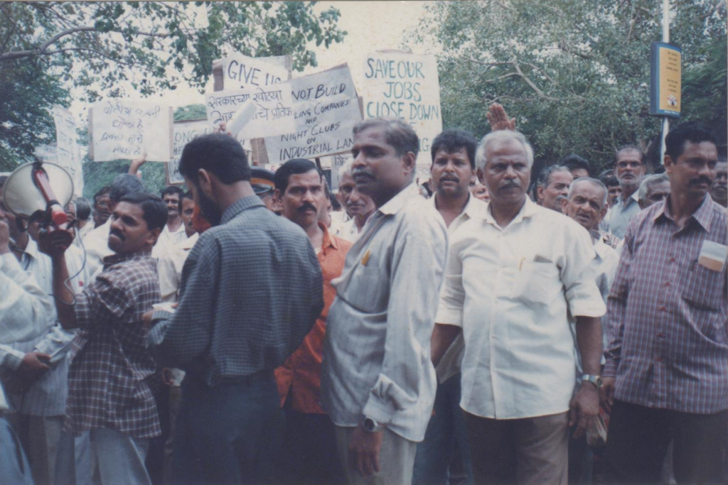 Mill Workers of Girni Kamgar Sangharsh Samiti (GKSS) gather at Phoenix Mills, 1999